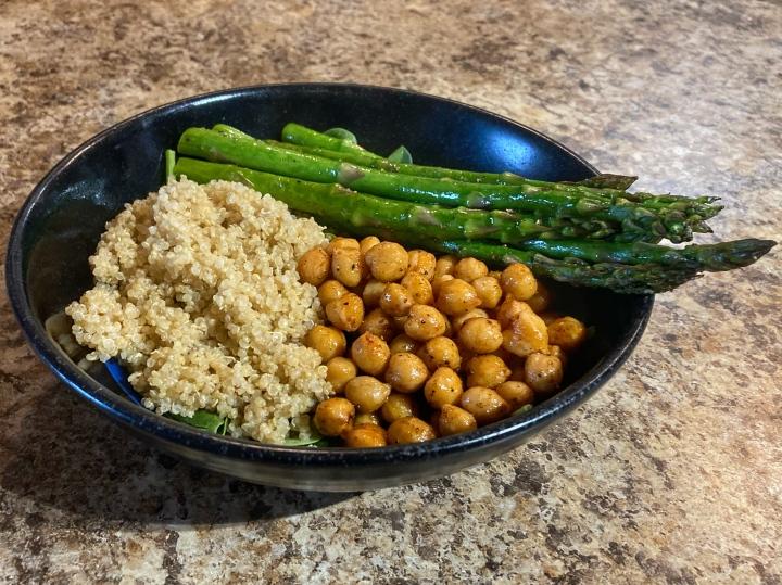 hearty salad: spinach, quinoa, chickpeas, asparagus
